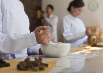 Doctores chinos tradicionales que mezclan ingredientes medicinales