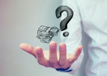 Hombre con un signo de interrogación en una mano y dinero en la otra.
