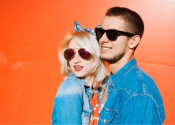 Joven pareja en un día soleado, con gafas de sol