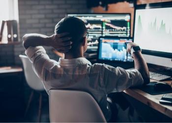 Hombre invierte en la bolsa de valores