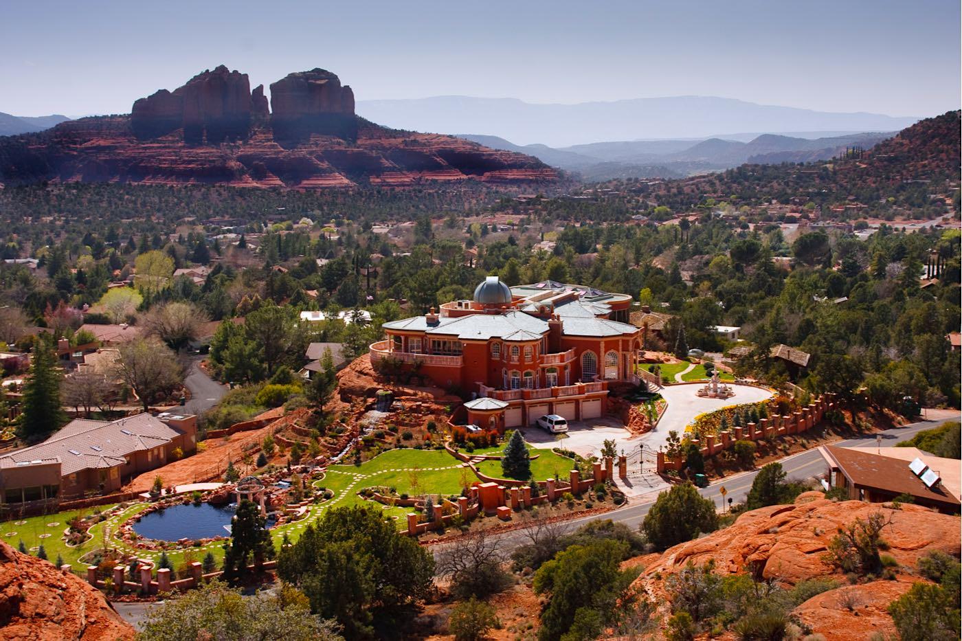 Gran mansión y paisaje desértico en la ciudad de Sedona, Arizona.
