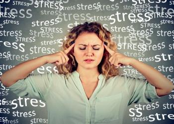 Mujer joven triste con estrés