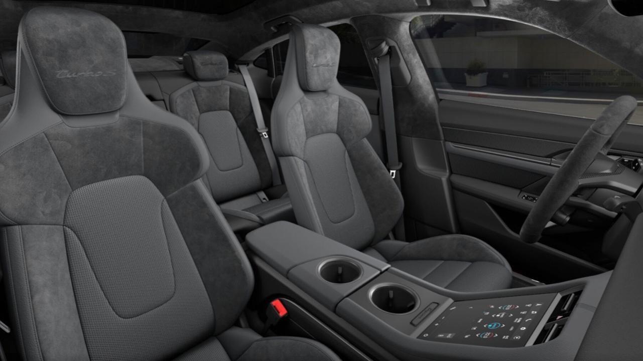 El embajador de Porsche selecciona las características del Porsche Taycan Turbo S que él preferiría.
