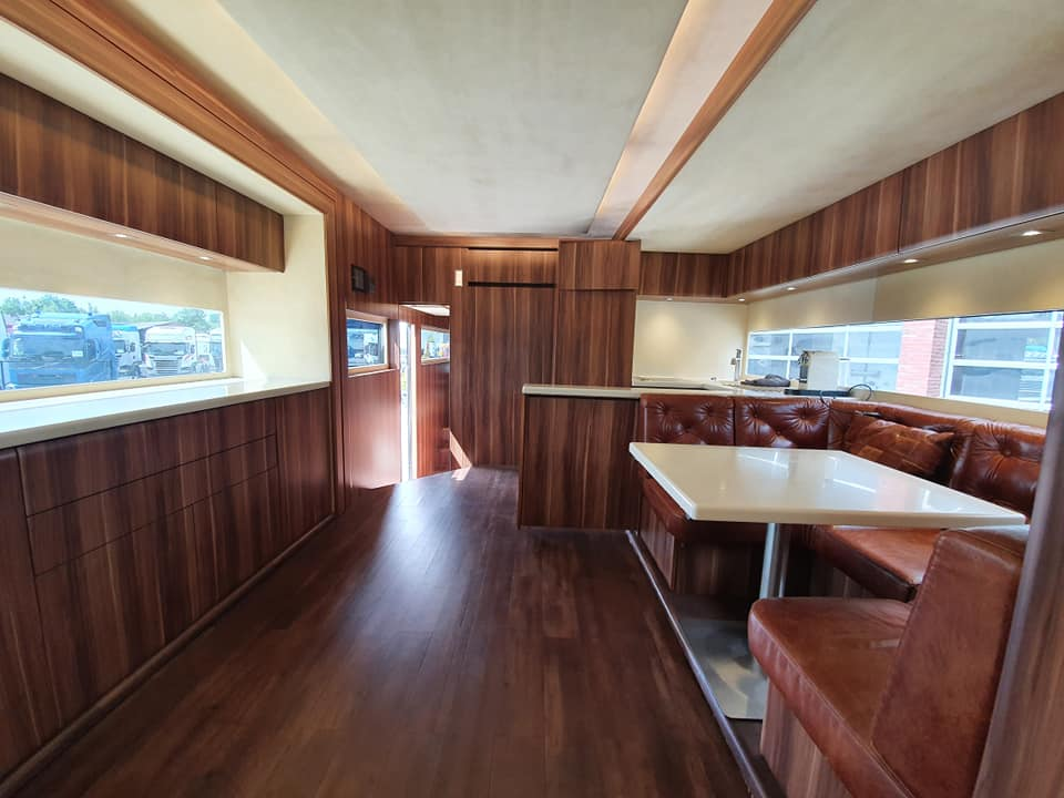 Una sala de estar, tres habitaciones y un garaje bien equipado: esta autocaravana Scania RV lo tiene todo