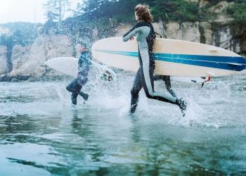Un grupo de jóvenes amigos se van de surfing