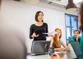 Mujer en una reunion de negocios