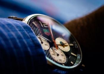 Hombre que llevaba un reloj Tag Heuer Formula One Edition