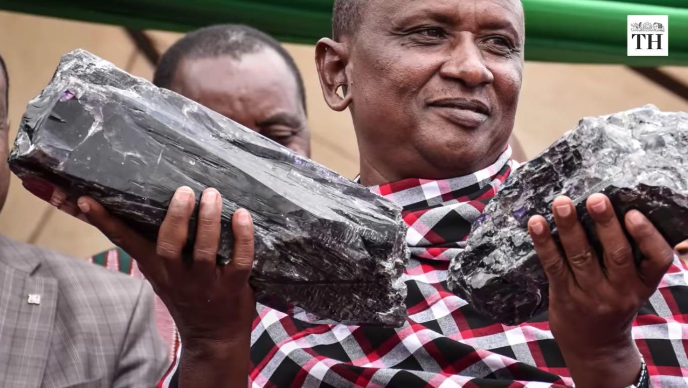 Minero se convierte en millonario instantáneamente después de encontrar las piedras de tanzanita más grandes en la historia