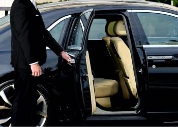 Conductor de limusina abrió la puerta del auto en la alfombra roja