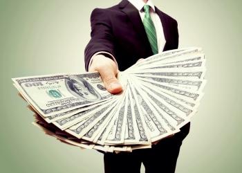 Hombre de negocios con dinero en efectivo