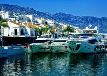 Yates de lujo en Puerto Banús, el puerto deportivo de Marbella, España