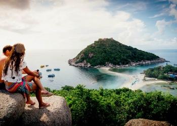 Pareja romántica disfrutando del paraíso tropical de la isla de Koh nang yuan en Tailandia.
