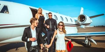 Dos parejas ricas y famosas saliendo de un avión privado.