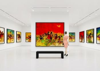 Mujer joven visita exposición de arte y mira las pinturas de bellas artes en una galería de arte.