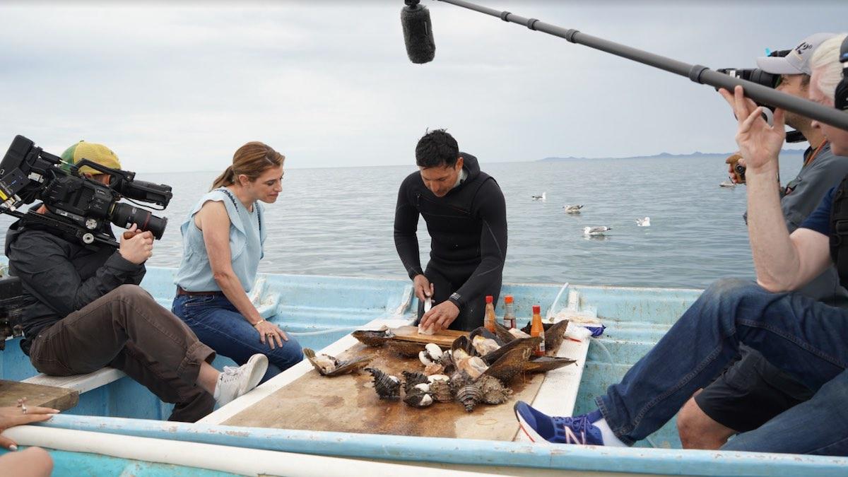 Pati Jinich, chef, autora y presentadora de TV, regresa con una nueva temporada de la serie de TV ganadora de tres premios James Beard y nominada al Emmy.