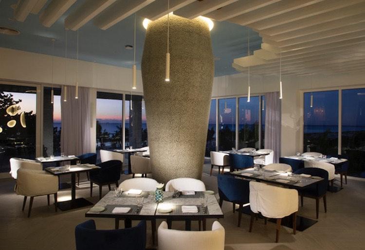 En la propiedad, los huéspedes pueden elegir de una selección de cuatro restaurantes.