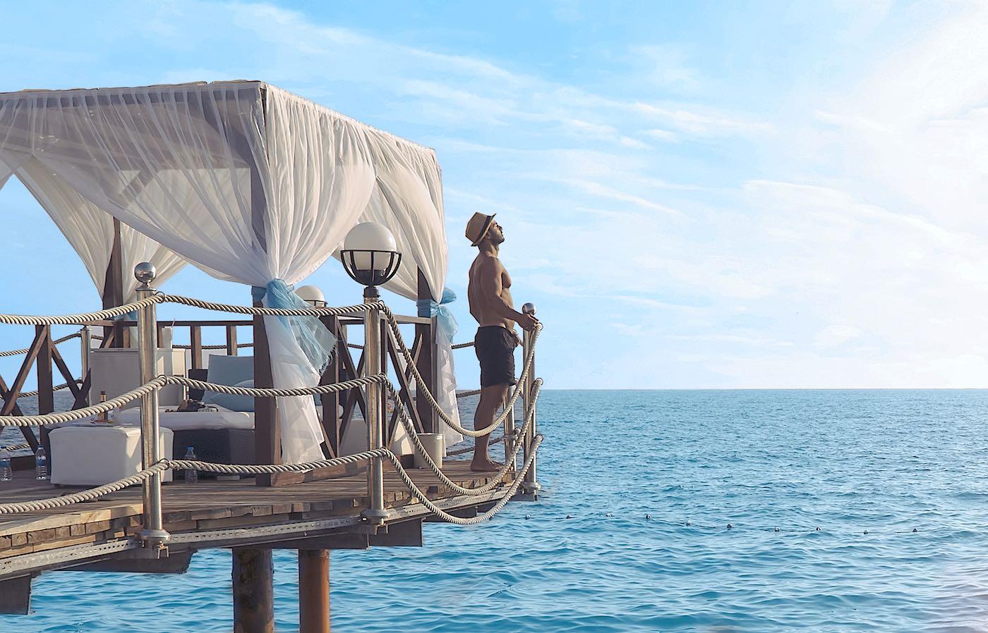 Desde lujosas habitaciones en cuevas hasta futuristas cápsulas flotantes en el océano: estos son los 7 hoteles de lujo más exclusivos del mundo