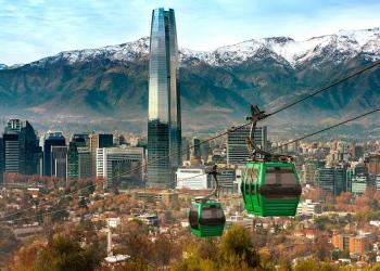 Teleférico en el cerro San Cristóbal, con vista panorámica de Santiago de Chile.