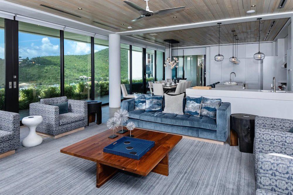 La propiedad cuenta con un diseño moderno y tropical, en tonos gris, beige y blanco, con un enfoque minimalista