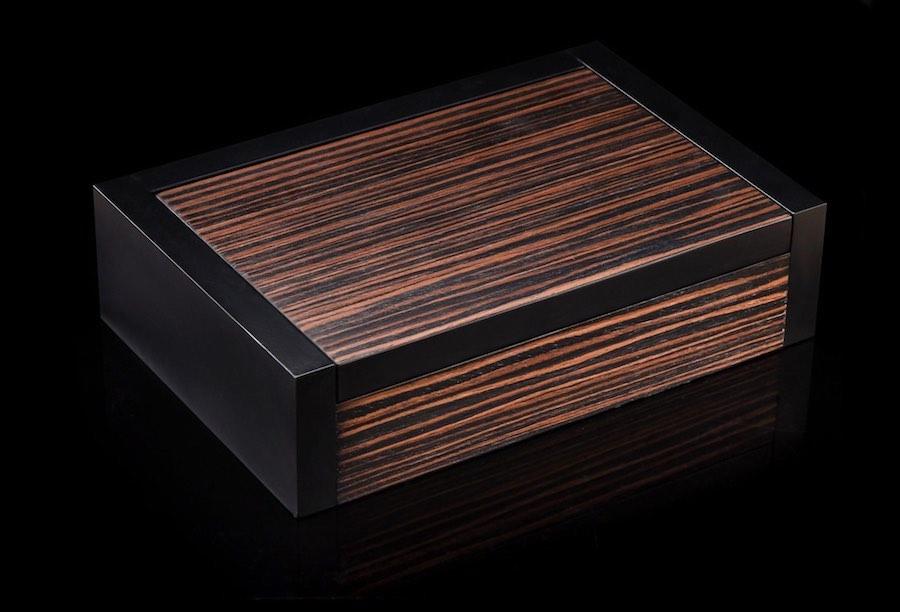 Está encerrado en una sutil caja de madera para salvaguardar su brillante cronómetro.