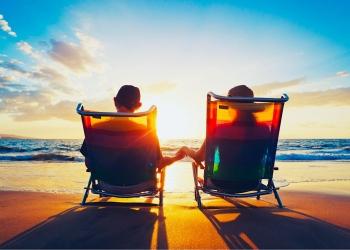 Pareja mayor, hombre y mujer sentado en la playa