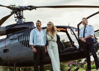 Pareja rica en un helicóptero