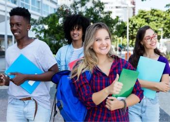 Estudiante rubia con un grupo de estudiantes internacionales