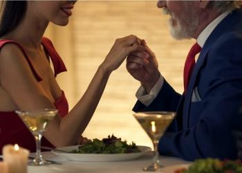 Hombre de la mano de joven esposa en una cita romántica juntos.