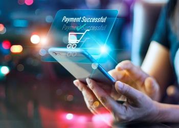 Mujer con teléfono inteligente, pago en línea con tarjeta de crédito.