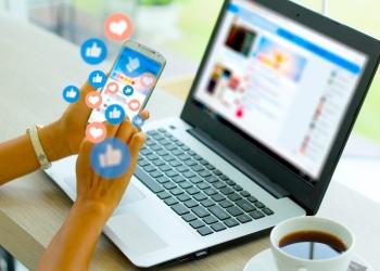 Mujer con teléfono inteligente, concepto de redes sociales.