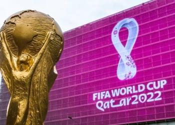 Trofeo de la copa mundial de fútbol y el logo de la Copa Mundial de la FIFA 2022.