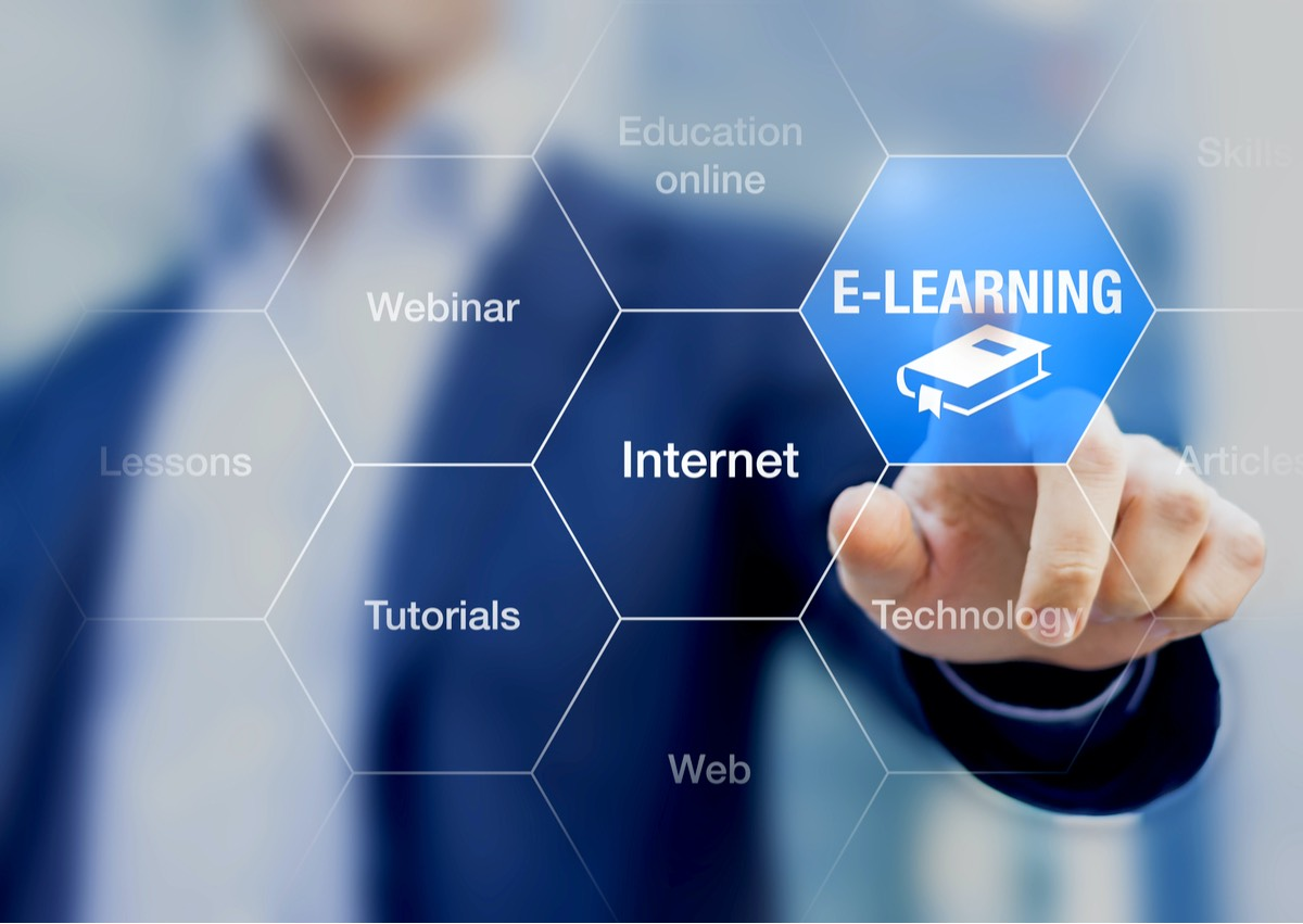 Concepto de aprendizaje electrónico (E-Learning) con un programa de educación en línea.