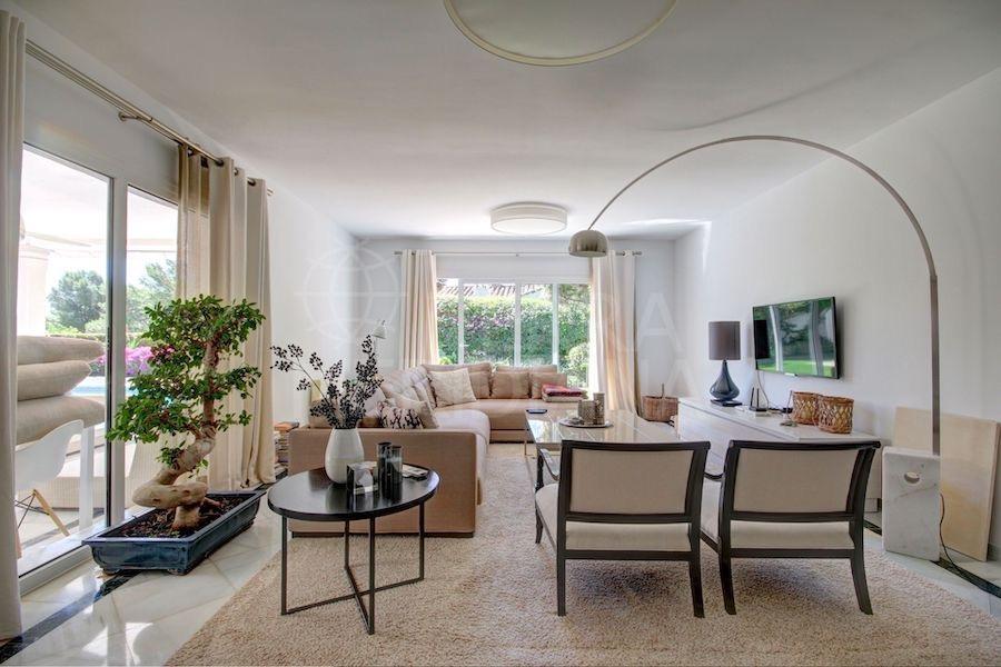 Los tonos en beige y blanco predominan en la decoración de toda la casa