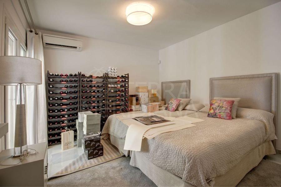 Si la visita decide quedarse a pasar la noche, en el nivel inferior hay una habitación que se puede convertir en dormitorio, con baño privado y espacios adicionales.
