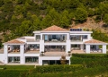 Esta villa en Cascada de Camoján con sala de cine, piscina infinita, spa y bodega se vende por €13,9 millones