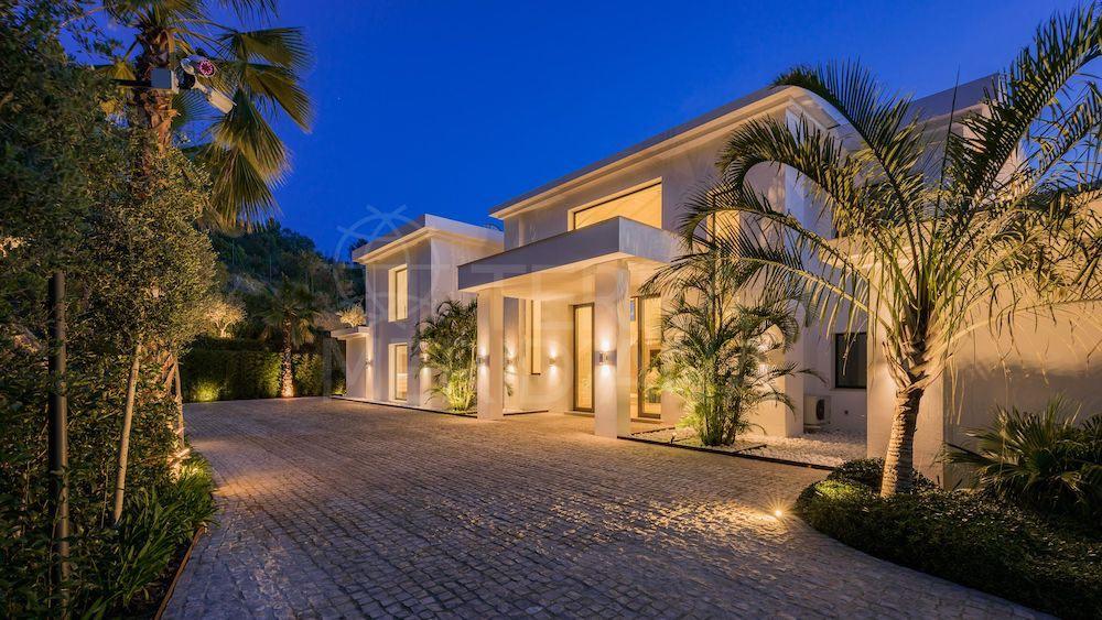 ¡Oportunidad única en la zona más privilegiada de Marbella! Espectacular villa en Cascada de Camoján con sala de cine, piscina infinita, spa y bodega se vende por ?13,9 millones