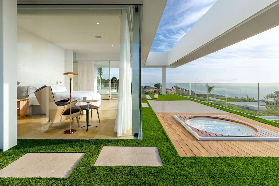 El ambiente que reina en el interior de la vivienda se extiende sin fisuras hasta el exterior, donde los propietarios pueden disfrutar de unas inigualables vistas.