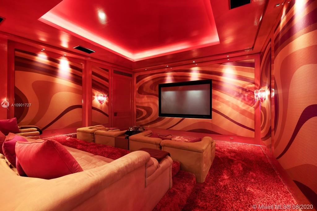 La mansión cuenta con cine privado personalizado.