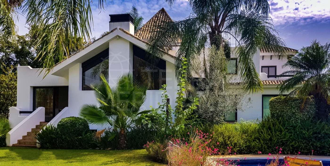 La impresionante casa está rodeada por un exuberante jardín salpicado de árboles maduros