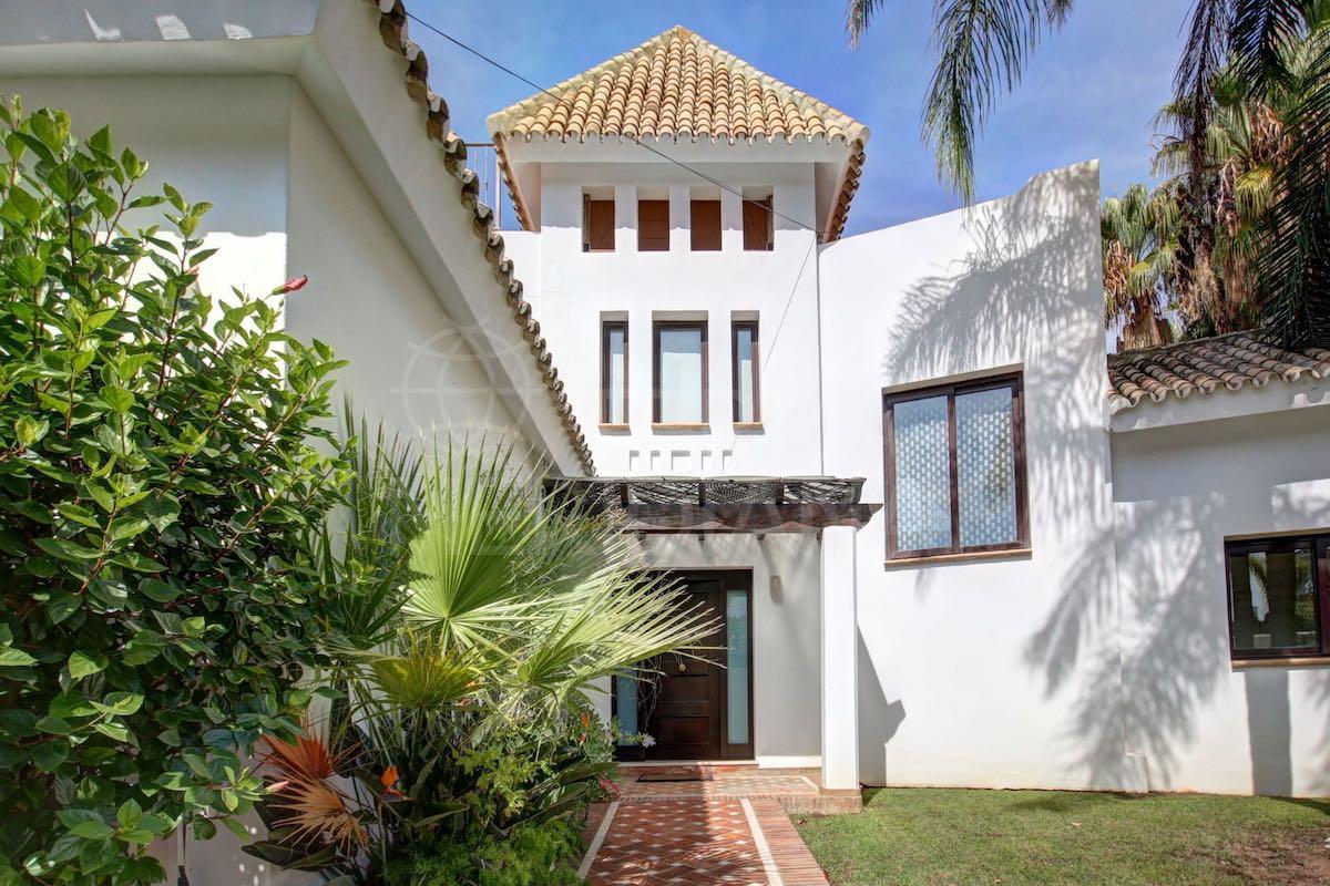 Esta fabulosa villa de 578 m² en El Rosario, Marbella, con piscina y espectaculares vistas al mar está a la venta por €1,85 millones