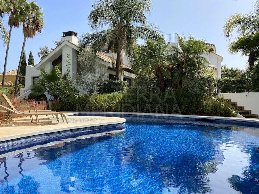 La piscina cuenta con un amplio espacio para tomar el sol y relajarse y está totalmente rodeada de naturaleza.