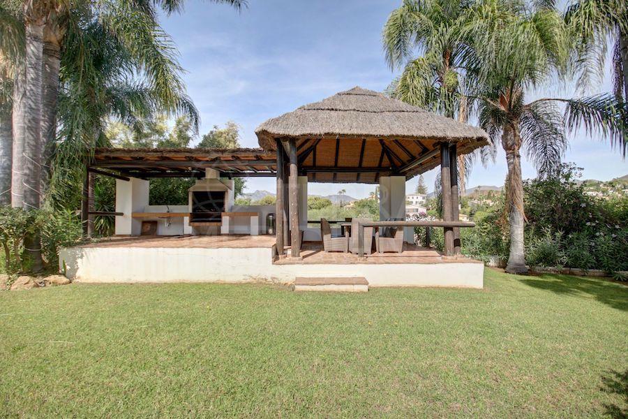 Para entretenimiento al aire libre, el jardín cuenta con una pérgola cubierta con una cocina de verano y espacio cubierto para comer al aire libre.