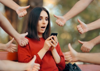 mujer influencer recibiendo comentarios positivos