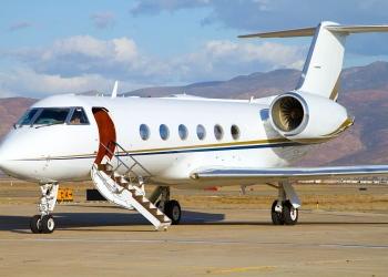 Jet privado esperando pasajeros en la pista del aeropuerto.