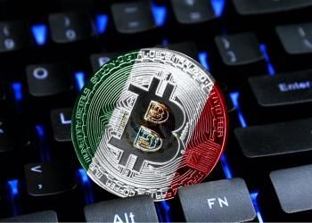 Bitcoin en un teclado de computadora, la bandera de México se muestra en bitcoin.