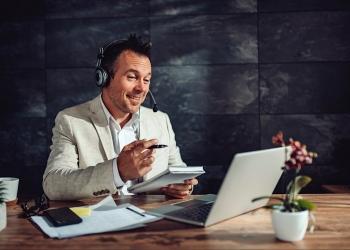 Hombre de negocios sentado en su escritorio. teletrabajo