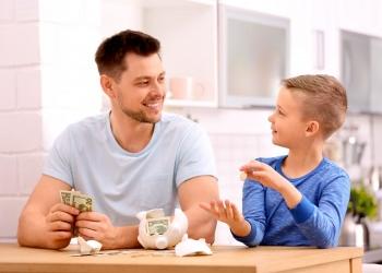 Padre habla de dinero con su hijo