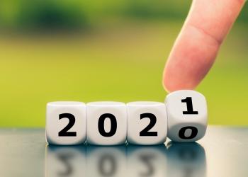 La mano gira un dado y cambia el año 2020 al 2021.