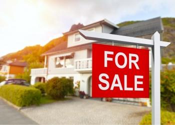 casa urbana con cartel de venta