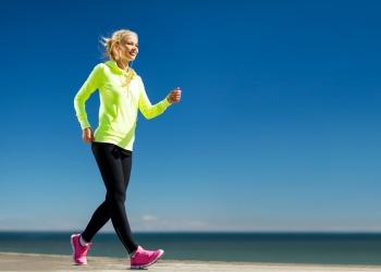 fitness y estilo de vida - mujer haciendo deporte al aire libre